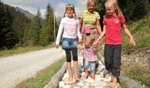 sul-sentiero--talweg--fino-al-sentiero-a-piedi-scalzi-bambini-in-montagna